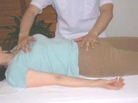 胸部の調整(左)、鎖骨の調整(右)